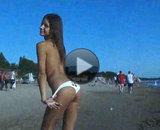 Femme exhibitionniste nue � la plage
