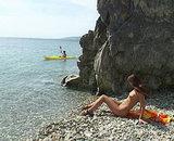 Jeune naturiste brune bais�e sur une plage d�serte.