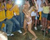 Striptease d'une jeune femme ivre