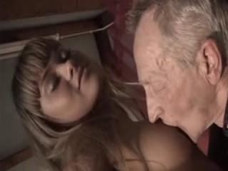 Une rencontre très perverse entre un vieux et une jeune